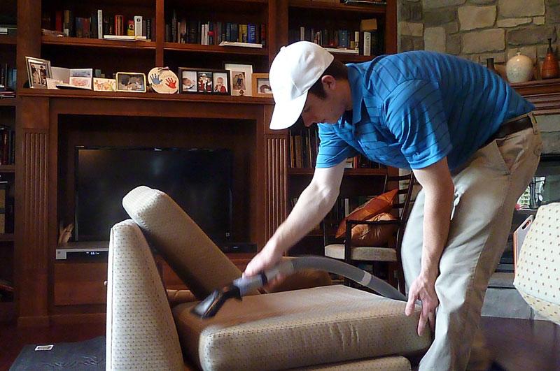 Giặt ghế sofa tại nhà thật kĩ càng, sạch sẽ