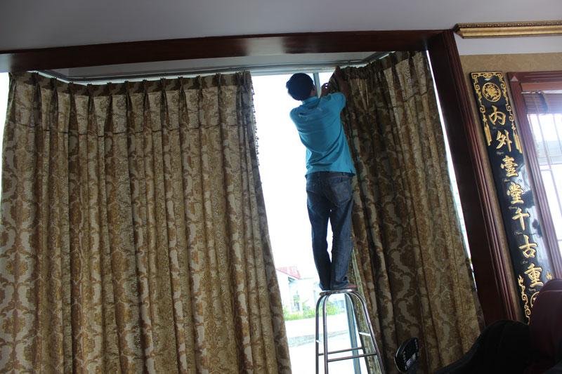Giặt rèm cửa tại nhà - công đoạn rắp lại cho khách